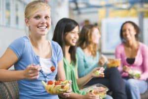 Alimentatia corecta la adolescenti, recomandata de medicii de la clinica de nutritie Dietalia