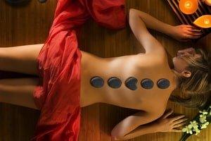 Masaj cu pietre calde oferit de Clinica de wellness Dietalia prin serviciile de spa la domiciliu